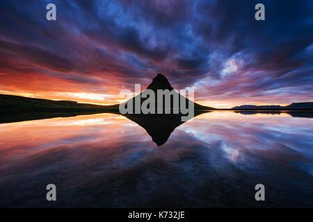Il pittoresco tramonto su paesaggi e cascate. kirkjufell mountain, Islanda. Foto Stock