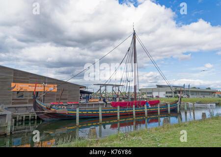 Roskilde, Danimarca - 01 agosto 2015: replica di barca antica e visitatori al di fuori della nave vicking museum Foto Stock