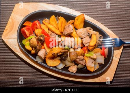 Arrosto di carne e verdure in padella Foto Stock