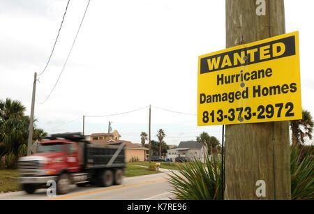 16 settembre 2017- sud ponte vedra Beach, Florida, Stati Uniti - un carrello è visto il passaggio di un segno in Foto Stock