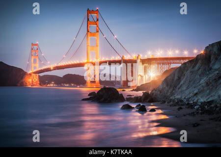 Il Golden Gate Bridge di San Francisco, accesa dopo il tramonto.