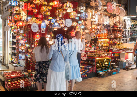 Istanbul, Turchia, 2017 - Grand Bazaar Kapali Carsi display lampade Foto Stock
