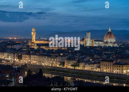 Vista aerea del fiume Arno e Firenze dal Piazzale Michelangelo di notte. Firenze è una delle principali destinazioni turistiche in Italia.
