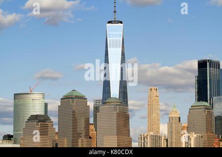 Torre di libertà e la parte inferiore di Manhattan come visto da Liberty State Park, Jersey City, New Jersey, STATI Foto Stock