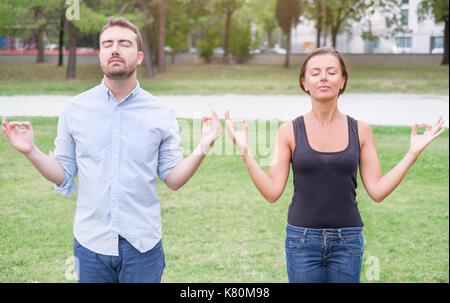 Profilo di un paio di uomo e donna meditando insieme nella natura Foto Stock