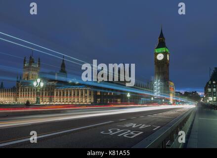 Sentieri di luce sul Westminster Bridge, il Big Ben e il Palazzo di Westminster di notte, Londra, Inghilterra. Foto Stock
