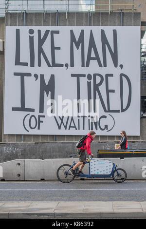Londra, Regno Unito. Xviii Sep, 2017. Un poster sul complesso di southbank dice come uomo, sono stanco (d'attesa) per il divertimento degli utenti di Waterloo Bridge. Credito: Guy Bell/Alamy Live News Foto Stock