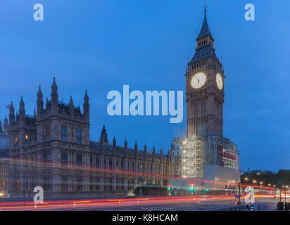 Sentieri di luce sul Westminster Bridge, il Big Ben e il Palazzo di Westminster in mattinata a Londra, Inghilterra. Foto Stock