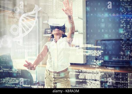 Illustrazione del dna contro la ragazza utilizzando la realtà virtuale simulatore a casa Foto Stock