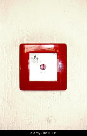 Un quadrato rosso sul pulsante di emergenza su sfondo bianco Foto Stock