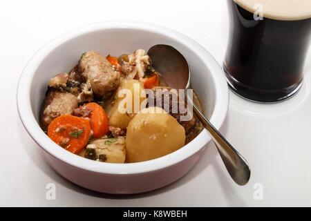 Dublino vizierà con carota, patata e salsiccia in una ciotola Foto Stock
