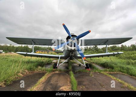 Un biplano sul campo d'aviazione, vista frontale Foto Stock