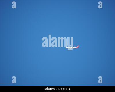 Sheerness, Kent, Regno Unito. Il 22 settembre, 2017. Regno Unito Meteo: un soleggiato e caldo giorno con il cielo limpido in Sheerness sull'equinozio d'autunno. Un Swiss Air jet contro un bel cielo azzurro. Credito: James Bell/Alamy Live News