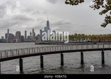 La parte inferiore di Manhattan come visto da hoboken su un nuvoloso giorno