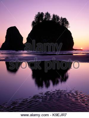 Il pianto Lady Rock e tramonto a Seconda Spiaggia, Parco Nazionale di Olympic, Washington Foto Stock