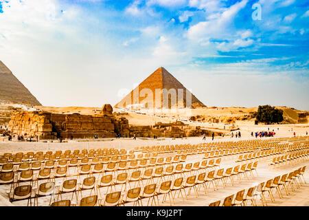 Sedie vicino la piramide del Cairo in Egitto Foto Stock