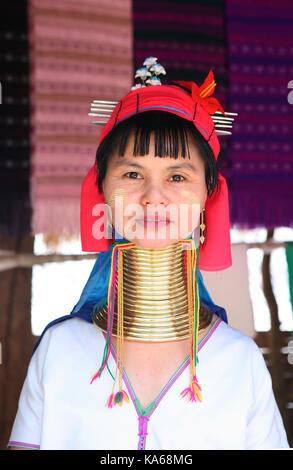 Closeup ritratto di donna tribù pagana Karen (Padaung) lungo collo con gli anelli sul collo in Thailandia. Foto Stock