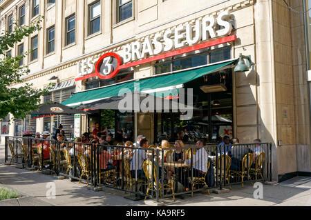 Persone sedute e parlare all'aperto a Les 3 Brasseurs microbirreria ristorante sul McGill College Avenue nel centro Foto Stock
