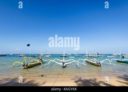 Il tradizionale design balinese jukung barche di pescatori sulla spiaggia di Sanur, Bali, Indonesia Foto Stock