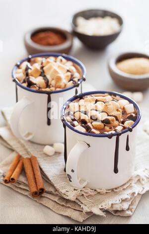 S'more cioccolata calda mini marshmallows cannella bevanda invernale Foto Stock