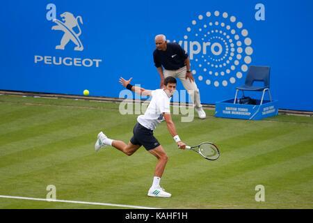 Il serbo Novak Djokovic in azione contro la Canadian Vasek Pospisil il giorno cinque del Aegon International in Devonshire Park, Eastbourne. 27 Giu 2017
