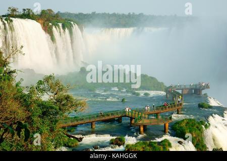 Turisti su una piattaforma di osservazione, cascate Iguazu, Foz do Iguaçu, Parco Nazionale Iguazú, Paraná, Brasile Foto Stock