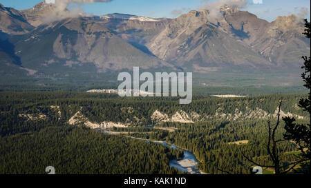 Vista sul fiume bow avvolgimento il suo modo attraverso la valle e le montagne sullo sfondo (tunnel mountain, il Foto Stock