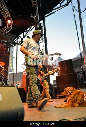 Las Vegas , Nevada - Settembre 23, 2017 - La banda Stick figura con il loro cane Cacao in esecuzione sul palcoscenico Foto Stock