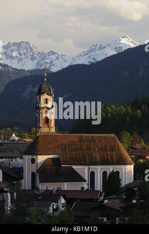 Chiesa con montagne Karwendel, mittenwald, Alta Baviera, Germania,