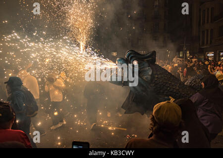 Correfocs sono tra le più suggestive caratteristiche presenti in catalano festival. in Il correfoc, un gruppo di Foto Stock