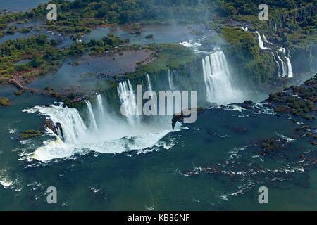 Passerella e Gola del Diavolo (Garganta do Diabo), Cascate di Iguazu, sul confine Brasile - Argentina, Sud America - aereo Foto Stock