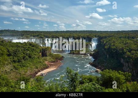 Cascate di Iguazu sul lato argentino, e barche turistiche sul fiume Iguazu, Brasile - confine con l'Argentina, Sud America Foto Stock