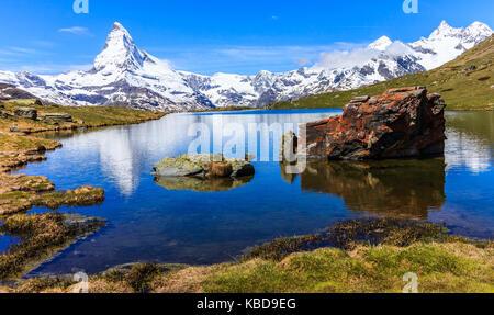 Bellissima vista panoramica estate vista del lago stellisee con la riflessione del celeberrimo Matterhorn (Monte Cervino, mont cervin) e cielo blu chiaro su wate Foto Stock