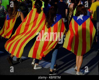 Barcellona, Spagna. Undicesimo Sep, 2017. Il popolo di Barcellona che indossa e portando la bandiera catalana, riempire Foto Stock