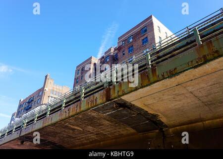 Sotto il ponte di Brooklyn vicino al fiume Hudson, cielo blu e gli edifici di New York Foto Stock