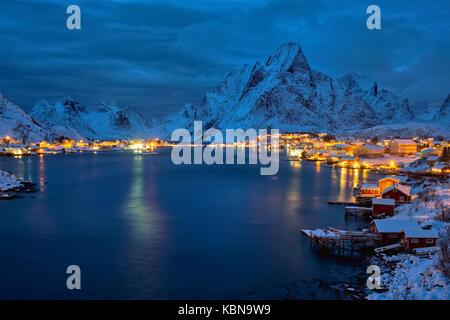 Reine village di notte. isole Lofoten in Norvegia Foto Stock
