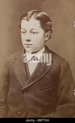 Archivio americano monocromatico ritratto in studio fotografia di un giovane ragazzo con un centro il troncaggio Foto Stock