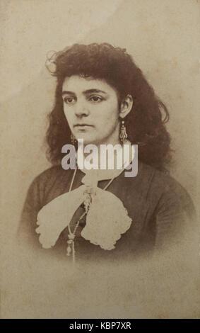 American archivio studio monocromatica fotografia Ritratto di giovane donna con scuri lunghi capelli ricci, denominato Foto Stock