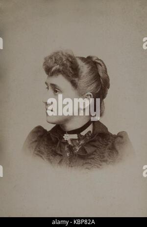 American archivio studio monocromatica fotografia ritratto di una giovane donna che indossa un colore scuro abito Foto Stock