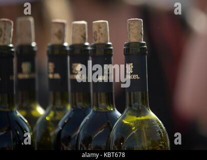 Crimea, Russia. Trentesimo Sep, 2017 bottiglie di vino al winefest vendemmia e vinificazione festival presso il Foto Stock