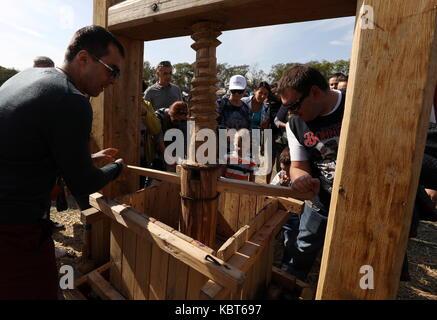 Crimea, Russia. Trentesimo Sep, 2017. persone squeeze uve al winefest vendemmia e vinificazione festival presso Foto Stock