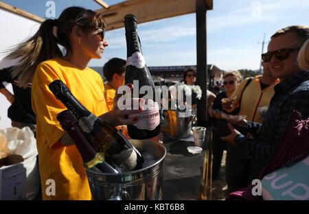 Crimea, Russia. Trentesimo Sep, 2017. Le persone che frequentano il winefest vendemmia e vinificazione festival Foto Stock