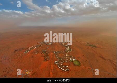 Vista aerea del villaggio di yulara ad Uluru (ayres rock) in Australia settentrionale, al tramonto. Foto Stock