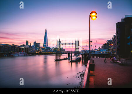 Themse, Themse, Tower Bridge, Shard, sonnenuntergang, wasserspiegelung, Southwark, st katharine & Wapping, Londra, Foto Stock