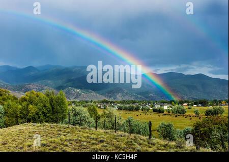 Rainbow sopra il piccolo paese di montagna di salida, Colorado, STATI UNITI D'AMERICA