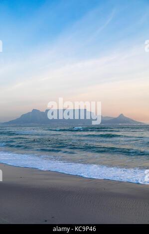 Vista della table mountain da bloubergstrand, cape town, Western Cape, Sud Africa Foto Stock