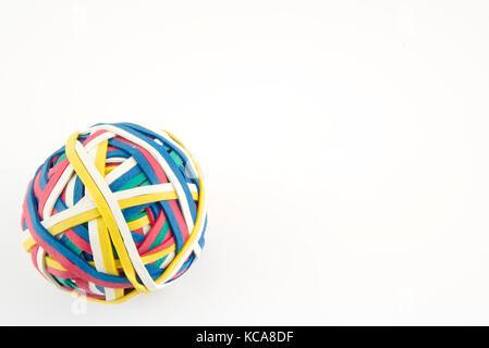 La banda di gomma una sfera realizzata da molte colorate bande elastiche isolato su uno sfondo bianco Foto Stock