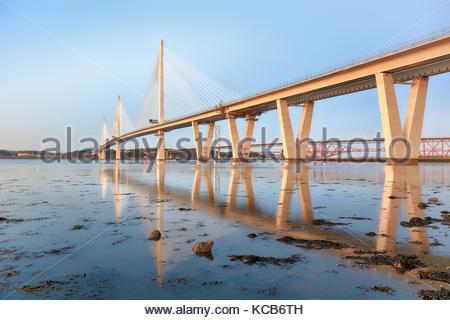 Riflessioni del nuovo Queensferry attraversando ponte sul Firth of Forth