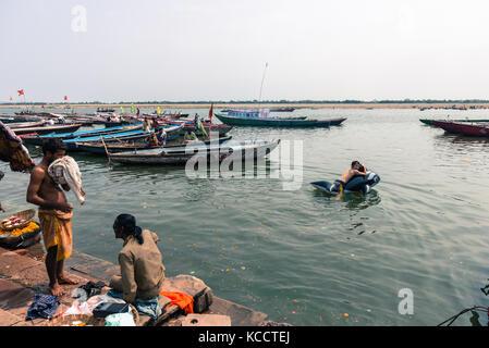 Varanasi, India - 14 marzo 2016: orizzontale immagine di uomo giapponese di nuoto con un pool di balena galleggiante Foto Stock
