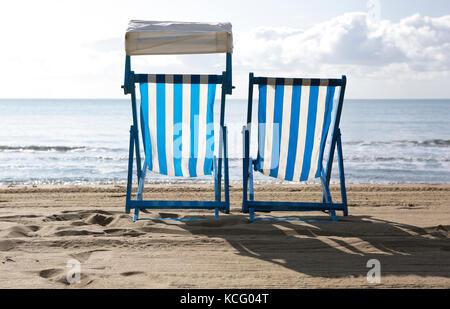 Vuoto due sedie a sdraio sulla spiaggia Foto Stock